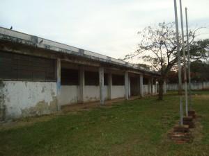 Prédios e Piscina abandonados oferecem risco de Dengue em Rafard
