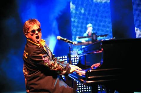 Elton John Tribute, com Maestro Rogério Martins, se apresenta em Salto (1)