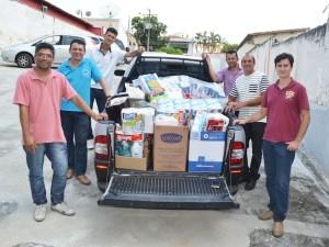 Pastores entregando doações para a Santa Casa