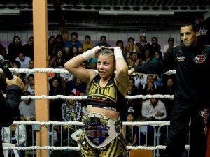 """Elaine Lopes recebendo o cinturão do Fight Dragon """"S7VEN - Professional Edition"""""""